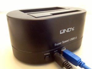 Eine von vielen Möglichkeiten, eine interne Festplatte/SSD als externes Gerät an den Computer anzuschließen. Hier ein Lindy-USB3-Dock