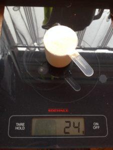 1 Messbecher Proteinpulver gewogen