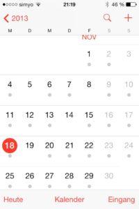 Apples Kalender-App in iOS 7 in der Monatsansicht. Fast an jedem Tag ein grauer Punkt - Hilfreich ist das nicht