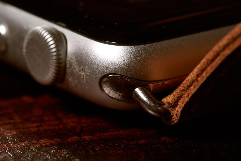 Die Armbänder lassen sich schnell und einfach wechseln. Drittanbieter-Armbänder sind fast alle glänzend mit Stahl-Verbinder. Sie passen problemlos an das Alugehäuse – Wie sich das auf Korrosion oder ähnliches auswirkt weiß ich nicht.