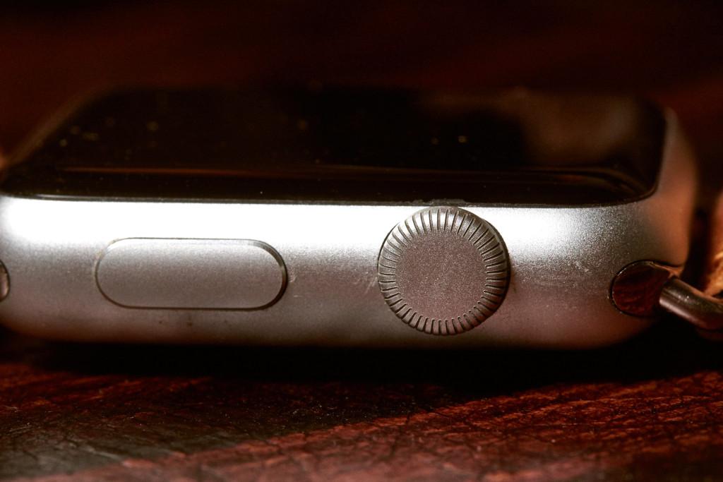 Die Krone zum scrollen und drücken, der große Knopf zum drücken. Dazu noch Touch, Force-Touch, Swipe… An die Bedienung muss man sich erst gewöhnen